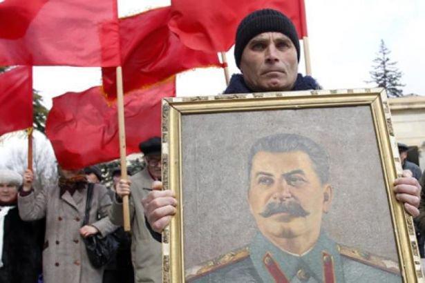رجل يرفع صورة ستالين