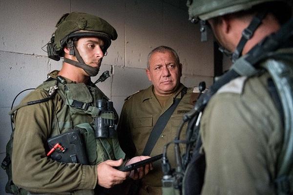 رئيس الاركان الاسرائيلي الجنرال غادي إيزنكوت مع جنوده