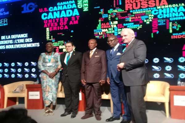 بيرتي أهيرن، الوزير الأول الإيرلندي السابق، وبيير كالفير مغانغا، نائب الرئيس الغابوني، وألفا كوندي، رئيس غينيا ورئيس الاتحاد الأفريقي، وإبراهيم الفاسي الفهري، رئيس منتدى ميدايز، وأنجيلا كويمو مديرة القسم الأفريقي لدى واشنطن ميديا، خلال الجلسة الافتتاحية للدورة العاشرة لمنتدى ميدايز بطنجة