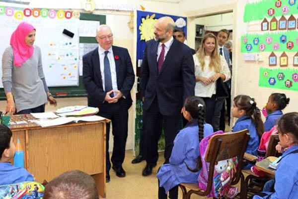 الوزير البريطاني ووزير التربية الأردني في زيارة مدرسية