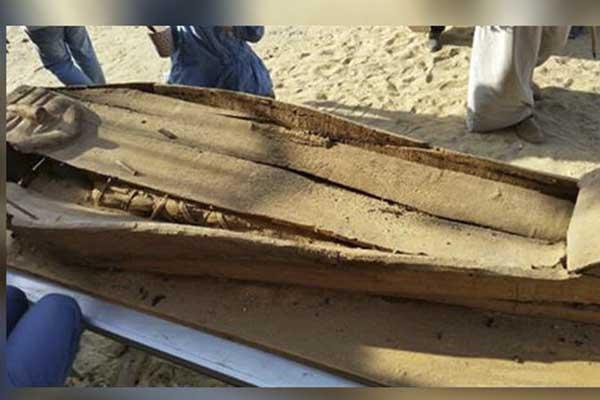 تابوت خشبي فيه مومياء
