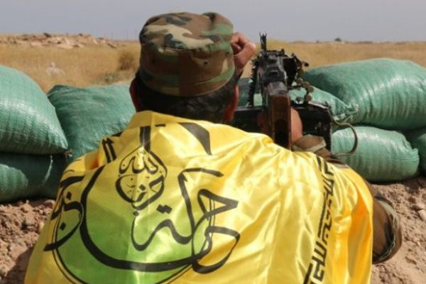 مقاتل لمليشيا النجباء العراقية في جبهة القتال بسوريا