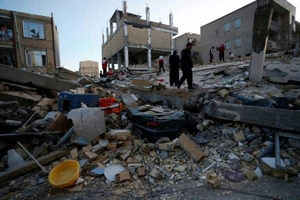 البحث عن ناجين وسط الأنقاض جراء الزلزال في سربل ذهاب الاثنين 13 نوفمبر