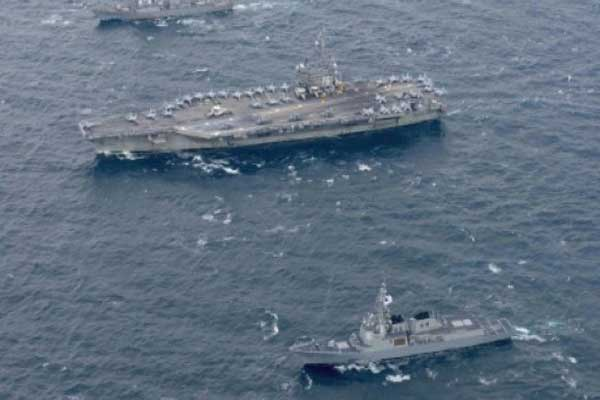 حاملة الطائرات الأميركية رونالد ريغان والمدمرة ستيثيم إلى جانب سفن حربية كورية جنوبية خلال تمارين قبالة سواحل كوريا الجنوبية