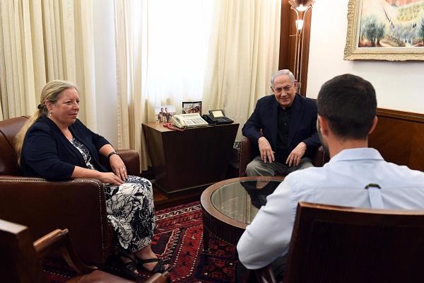 نتانياهو خلال استقباله للحارس القاتل والسفيرة شلاين