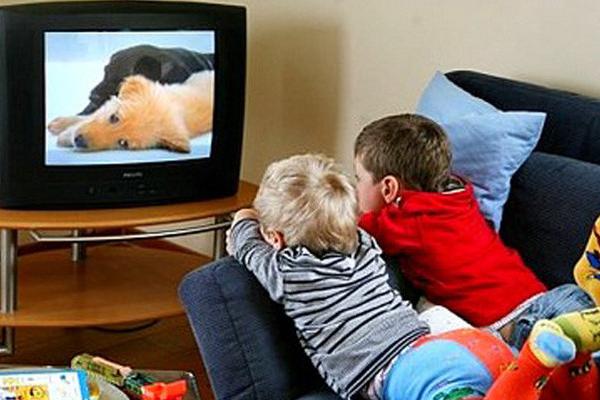 الأطفال أمام شاشة التلفاز يكونون عرضة للبدانة