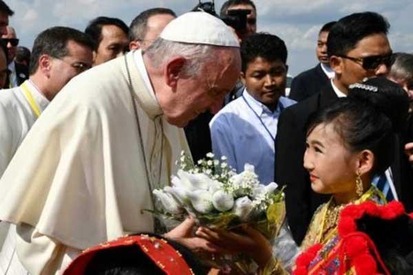 البابا فرنسيس يتسلم زهورًا لدى وصوله إلى مطار رانغون اليوم
