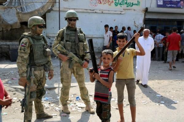صورة لجنود روس في أحد شوارع مدينة دير الزور