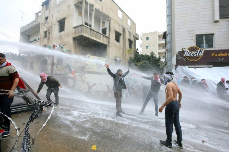 قوى الامن اللبنانية تستخدم خراطيم المياه لتفريق التظاهرة قرب السفارة الاميركية