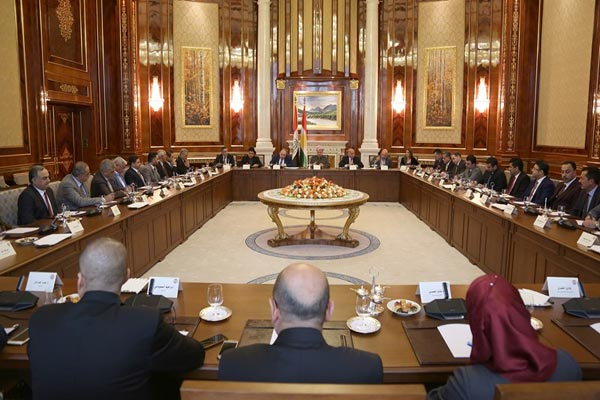 بارزاني مجتمعًا مع نخب ثقافية وأكاديمية عراقية