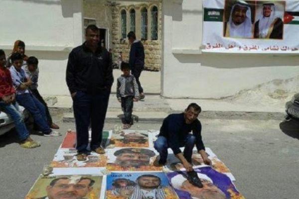 أردنيون يمزقون صور رموز دينية