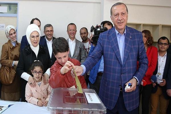 اردوغان وعائلته يقترعون لصالح التعديلات