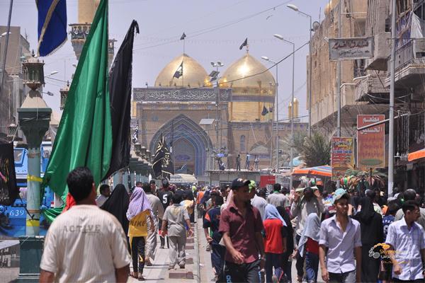 عراقيون يحتشدون قرب ضريح الامام الكاظم في بغداد