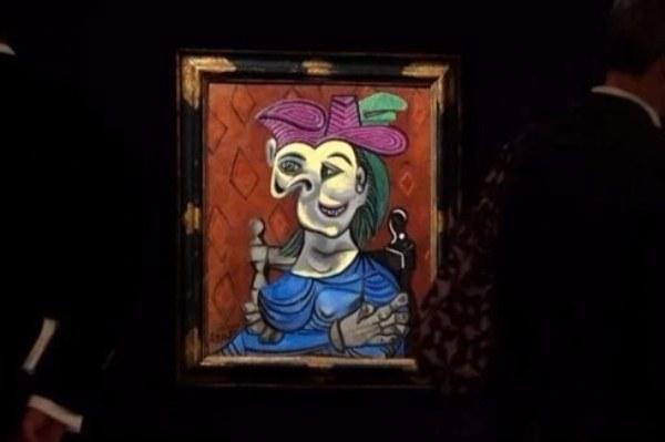 لوحة «امرأة جالسة بفستان أزرق»