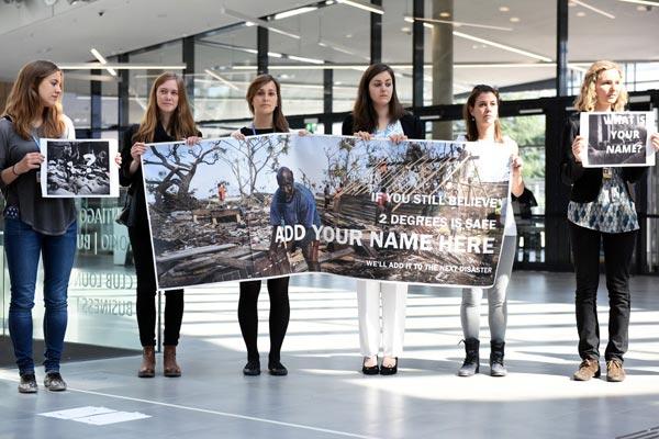 متظاهرات محتجات على هامش قمة المناخ في بون