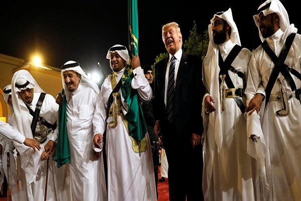 ترمب يشارك في رقصة العرضة إلى جانب الملك سلمان