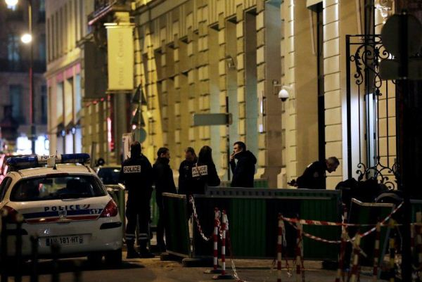 عناصر من الشرطة أمام فندق ريتز