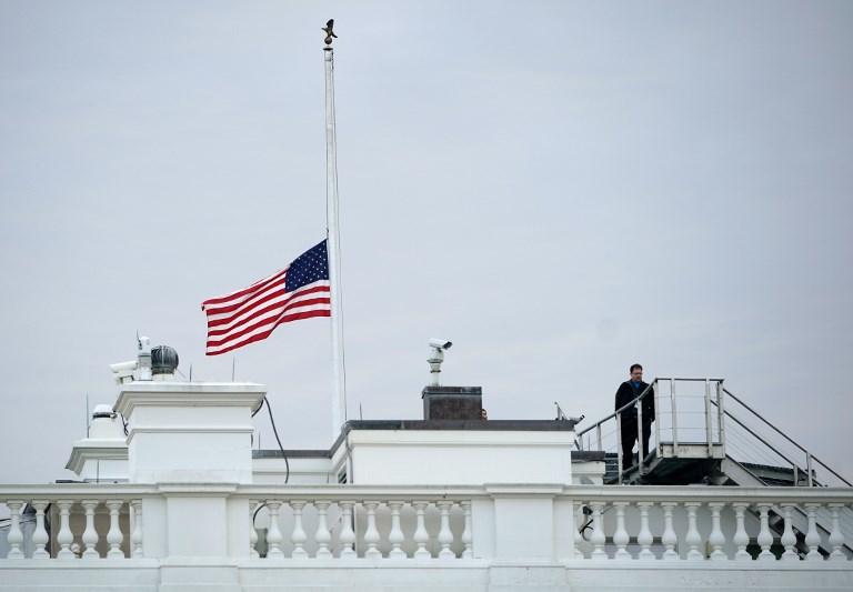 العلم الأميركي ينكّس فوق البيت الأبيض