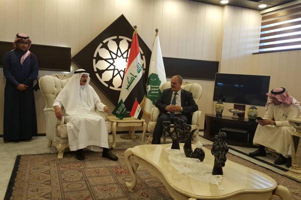مؤيد اللامي رئيس نقابة الصحافيين العراقيين مستقبلا الوفد الاعلامي السعودي