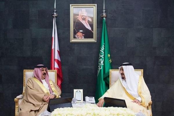 العاهل السعودي الملك سلمان بن عبد العزيز خلال لقئه العاهل البحريني الملك حمد بن عيسى على هامش القمة