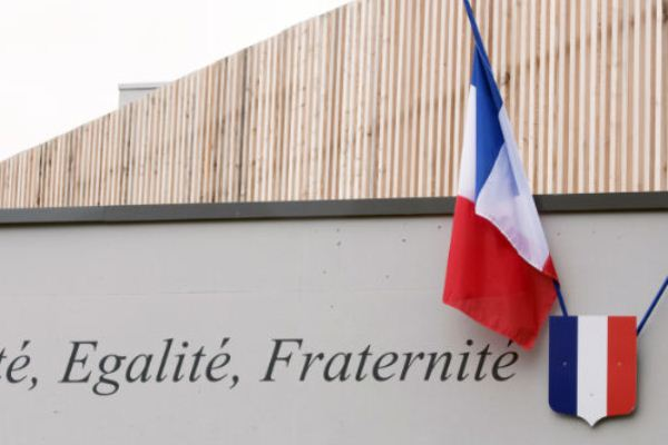 لا تُمنح الجنسية الفرنسية إلا بعد انتهاء المراسم الرسمية