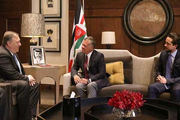 الملك عبدالله الثاني مستقبلا بومبيو بحضور الأمير الحسين