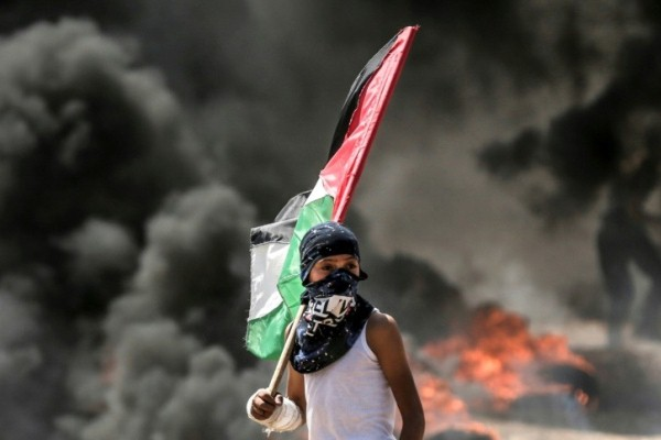 فتى فلسطيني خلال اشتباكات مع القوات الاسرائيلية شرق مدينة غزة
