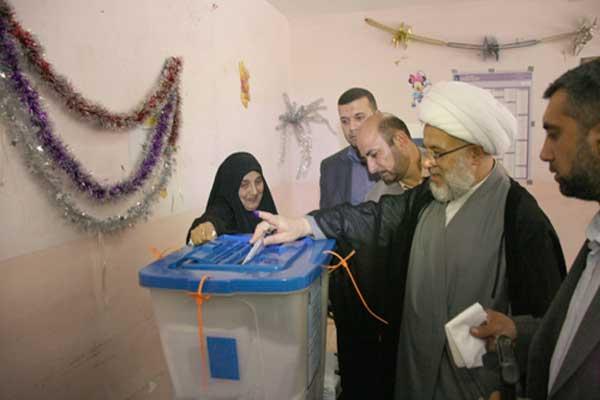 الشيخ الكربلائي معتمد السيستاني يدلي بصوته في انتخابات بلده