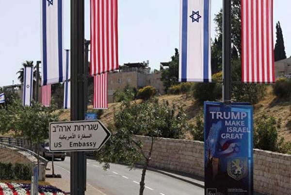 لافتة تشير إلى السفارة الأميركية