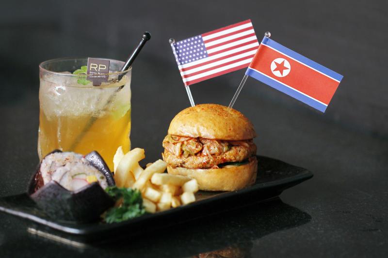 حتى وجبات المطاعم في سنغافورة تتوشح بأعلام أميركا وكوريا الشمالية استعدادا للقمة التاريخية