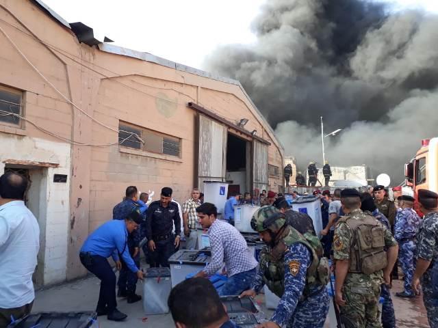 نقل صناديق الاقتراع باشراف الجيش العراق من المخازن المحترقة