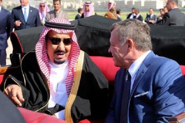 العاهل الأردني مستقبلا الملك سلمان خلال القمة العربية في عمان (أرشيف)