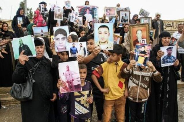 أمهات في ميدان وسط الموصل لمعرفة مصير ذويهم المفقودين