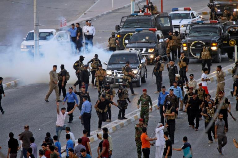 قوات الامن العراقية تفرق تظاهرة في النجف في 14 تموز/يوليو.