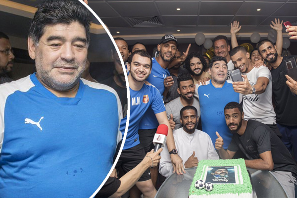 احتفلت إدارة نادي الفجيرة ولاعبو الفريق الأول بعيد ميلادمدرب الفريق أسطورة الكرة الأرجنتينية والعالمية دييغو  مارادونا