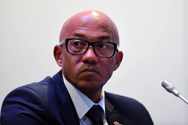 يتهم فرديريكس بانه تلقى مبلغا مقداره 262 الف يورو من بابا ماساتا دياك نجل رئيس الاتحاد الدولي السابق لالعاب القوى السنغالي لامين دياك