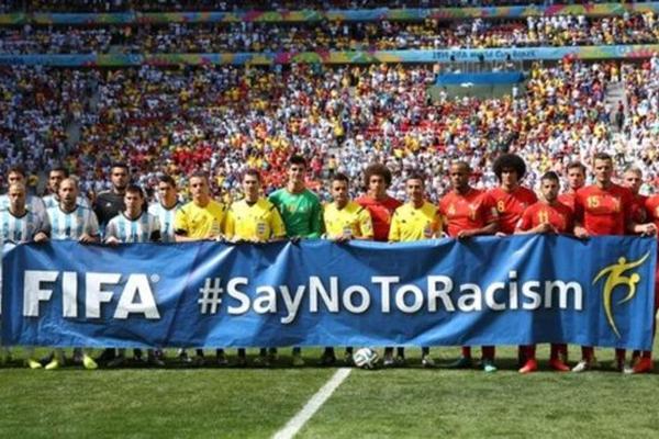 لاعبو الأرجنتين وبلجيكا يرفعون لافتة مناهضة للعنصرية قبل مباراة المنتخبين في كأس العالم 2014
