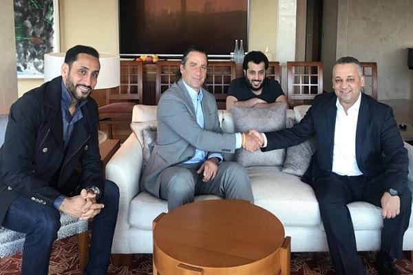 جرى توقيع العقد بين المدرب بيتزي ورئيس الاتحاد السعودي لكرة القدم عادل بن محمد عزت في العاصمة اليابانية طوكيو