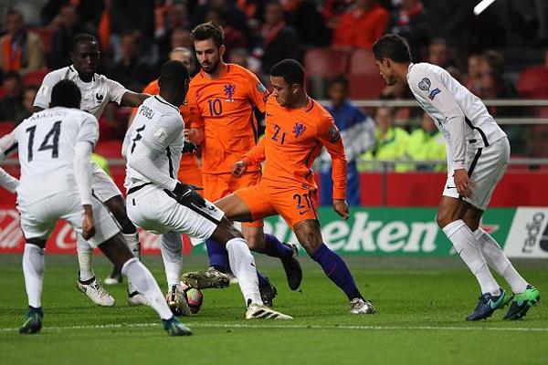 سيكون المنتخب الهولندي أمام اختبار مصيري الخميس ضد مضيفه الفرنسي على ملعب