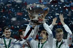 لاعبو الفريق البريطاني يرفعون كأس ديفيس