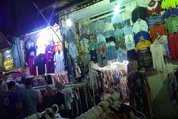 98249d961dd34 الفقراء في مصر يقبلون على شراء الملابس من وكالة البلح.