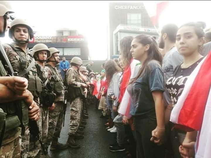 لضمان سلمية المظاهرات... تفصل النساء بين عناصر الجيش اللبناني والمتظاهرين