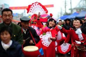 صينيون باللباس التقليدي التراثي الشعبي