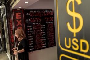 سيدة تركية داخل محل لصرف العملات في أنقرة