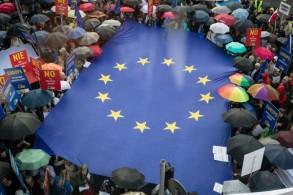 متظاهرون يحملون علم الاتحاد الأوروبي أثناء تظاهرة ضد خطط الحكومة لإصلاح النظام القضائي في 26 يونيو 2018 أمام مكتب المفوضية الأوروبية في وارسو