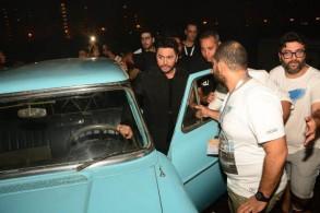 تامر حسني يدخل الحفل بسيارة أغنيته عيش بشوقك