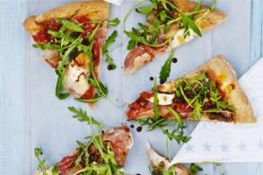 بيتزا القمح بلحم الحبش والروكا