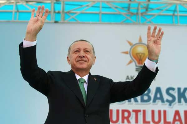 صورة وزعها الجهاز الإعلامي في الرئاسة التركية يظهر فيها الرئيس رجب طيب أردوغان يحيي أنصاره بعد صلاة الجمعة 10 أغسطس 2018 في بايبورت في شمال شرق تركيا