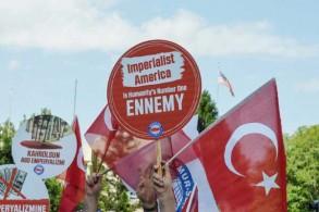 متظاهرون يحملون لافتات معادية للولايات المتحدة خلال تجمع أمام السفارة الأميركية في 3 أغسطس 2018 في أنقرة