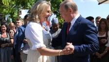 بوتين يراقص وزيرة الخارجية النمساوية في حفل زفافها